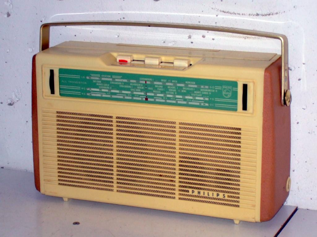 Id17 additionally Blast From The Past Vintage Technologies That We No Longer Use besides Radio 1960s Ge Afc 10 Transistor Radio further Electronics  ponents likewise 330883379167. on vintage transistor radios